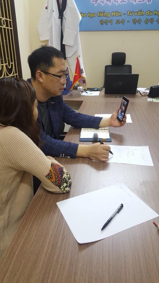 Đại diện trường đại học Woosuk về phỏng vấn visa thẳng tại trung tâm