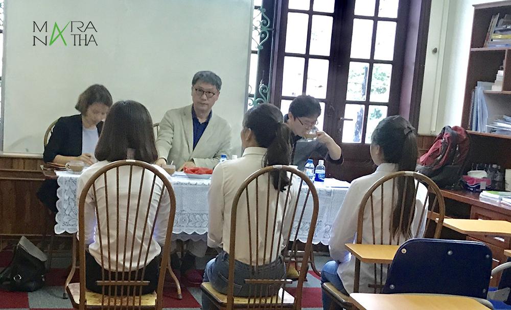 Giáo sư trường phỏng vấn học sinh ở công ty